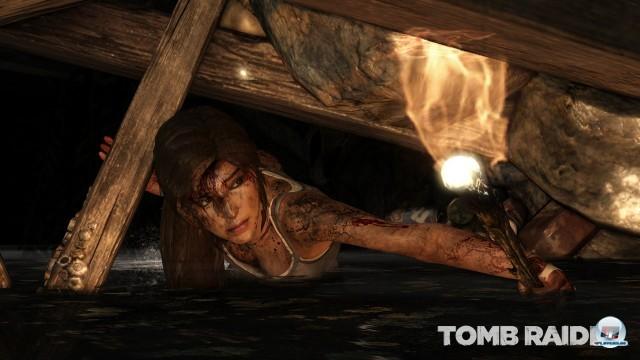 Zu Beginn riecht alles nach einem knallharten Survival-Abenteuer: Lara kriecht, flucht, schreit und zittert.