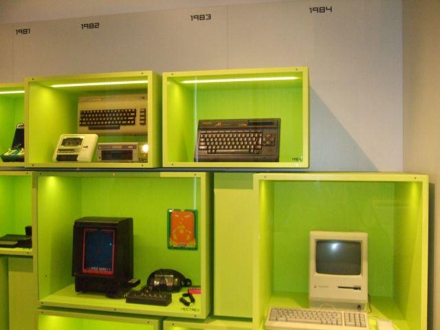 Commodore 64 <br><br> Auch auf dem C64 (links oben) lief das