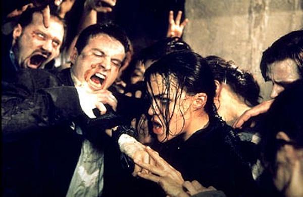 Resident Evil (2002)<br><br>Es gibt nur einen guten Grund, sich die Verfilmung von Resident Evil anzusehen: Heike Makatsch wird zum Zombie, dieses Mal ganz offiziell! Und der gitarrenlastige Soundtrack ist wirklich nicht übel. Der Rest allerdings schon, was erstaunlicherweise nichts am kommerziellen Erfolg änderte. Der wiederum führte zu zwei kontinuierlich immer schlechteren Fortsetzungen, ein Ende ist nicht abzusehen. Unkraut vergeht halt nicht. 1723077